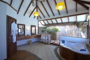 Medhufushi Lagoon Suite bathroom