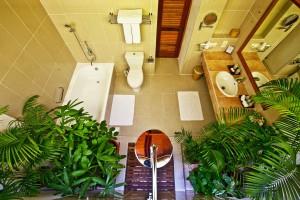 Reethi Deluxe Villa bathroom